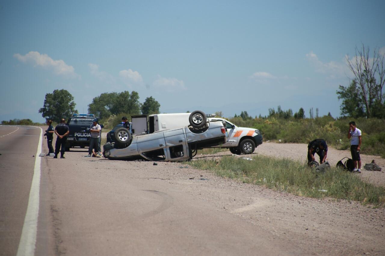 Un camión cargado con fertilizantes volcó en la ruta 40 — Fotos