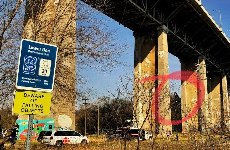 #Video Auto queda suspendido en puente elevado de Toronto