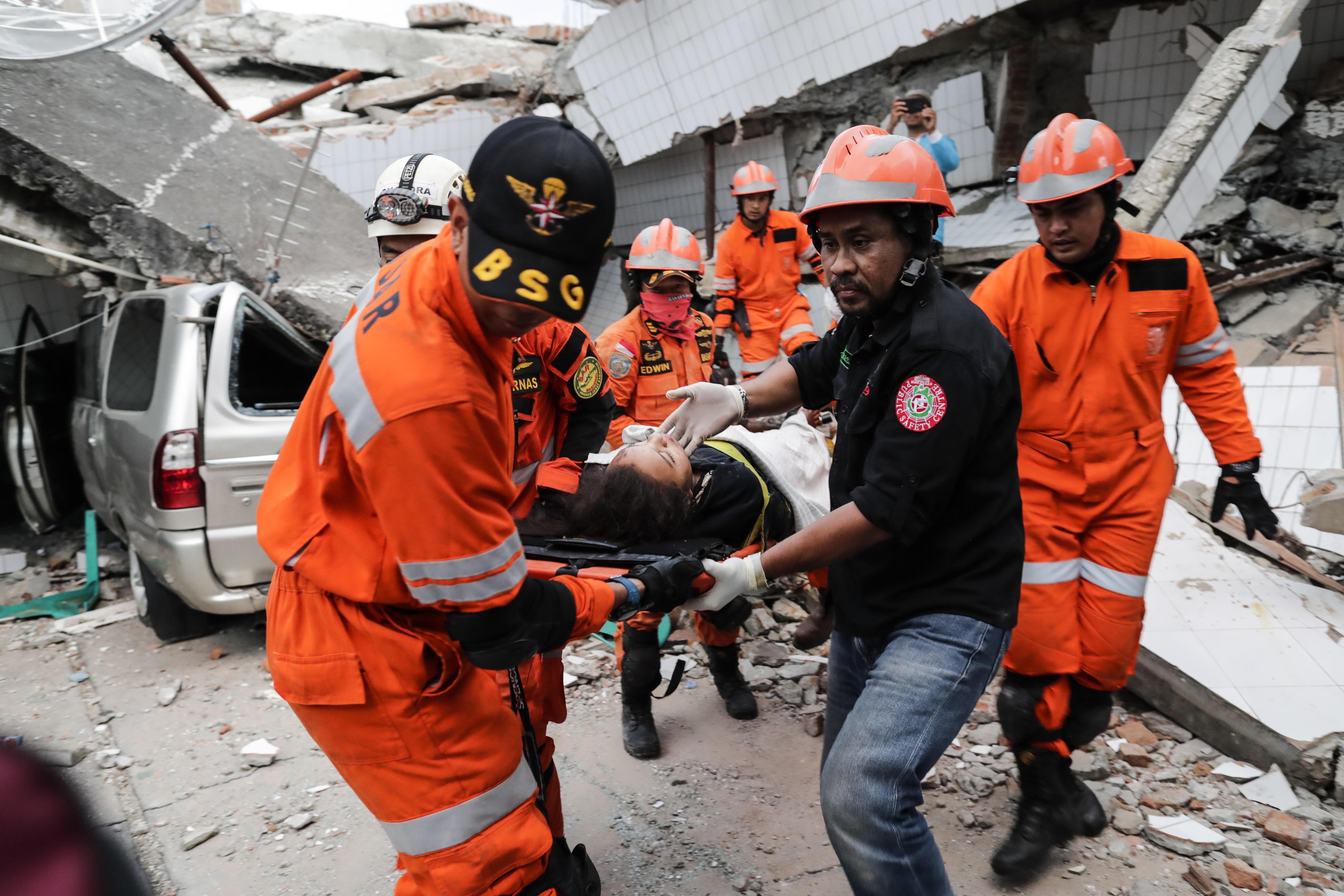 Elevan a 1571 el número de muertos por el terremoto en Indonesia