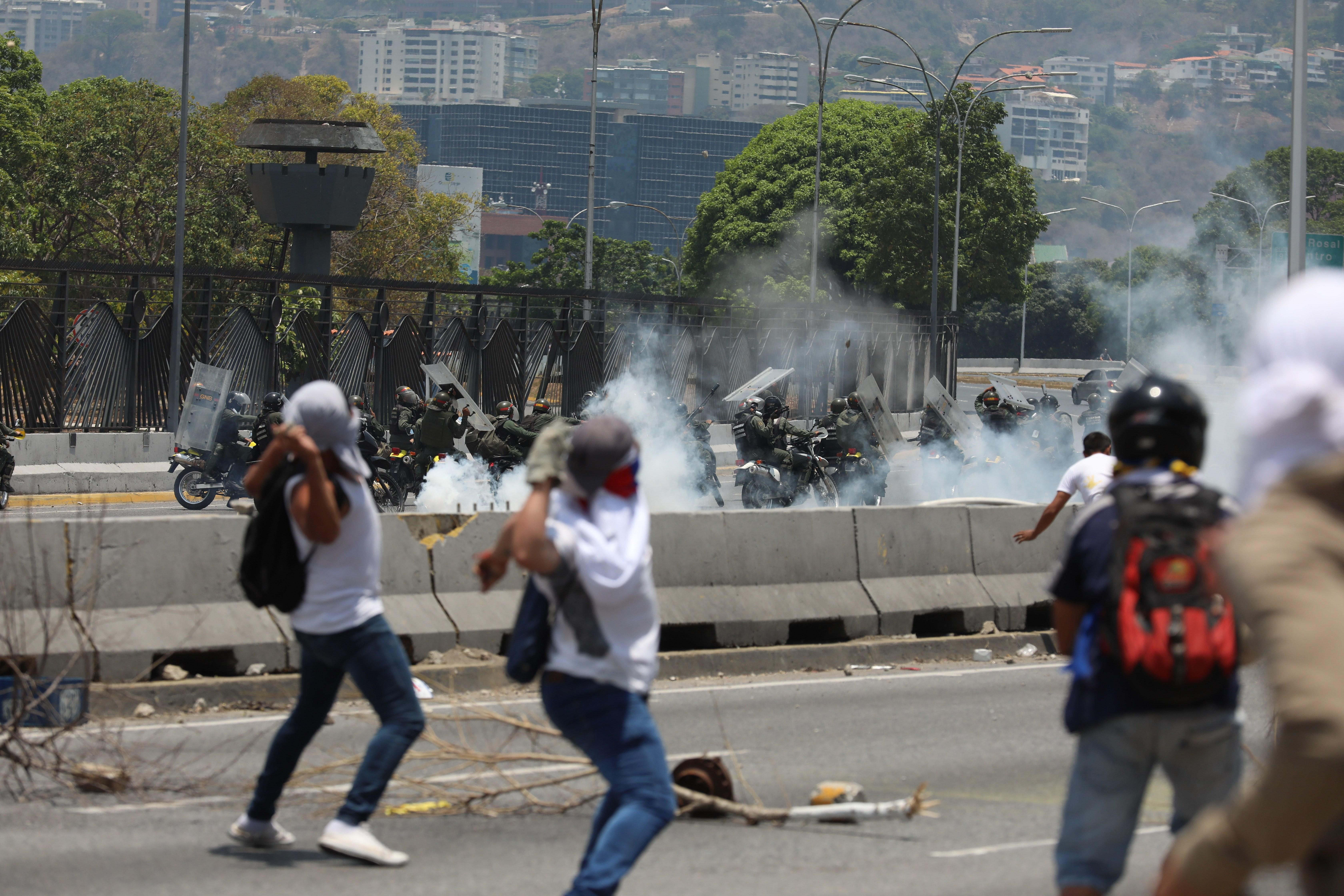 Lanzan bombas lacrimógenas contra manifestaciones opositoras en Caracas