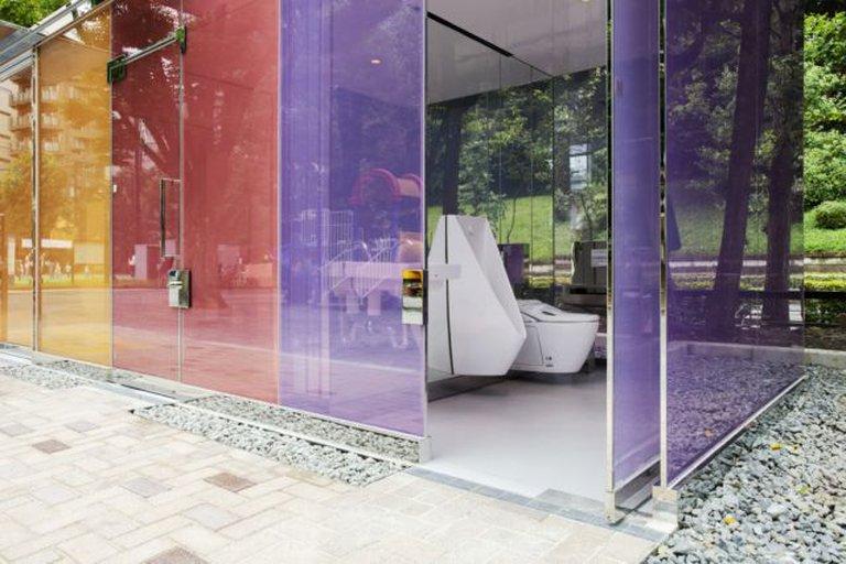 ¿Irías a un baño público transparente?, en Tokio son un éxito