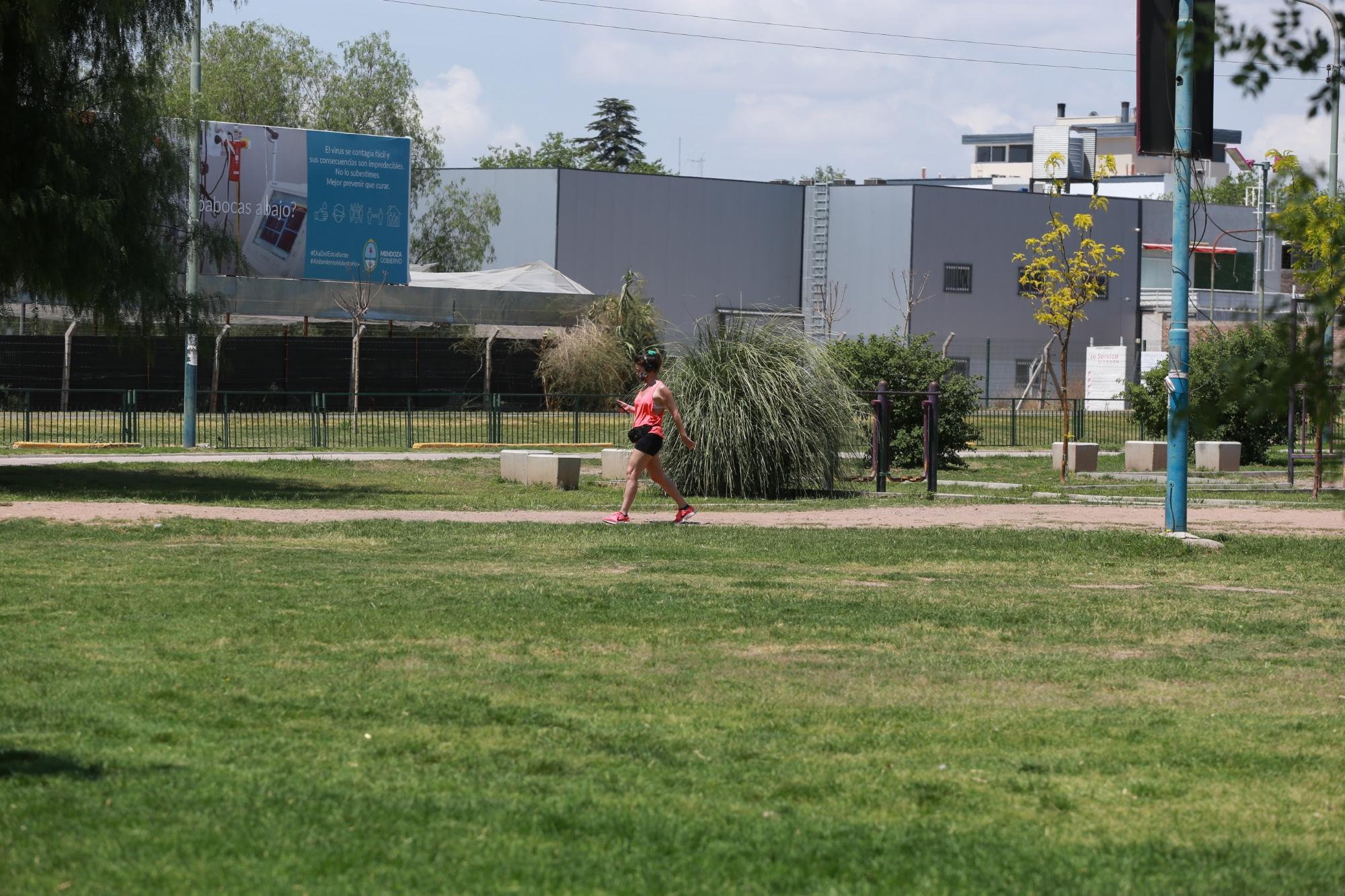 Mujer caminando por el Parque San Vicente.