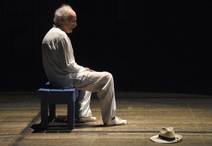 Ernesto Suárez en el escenario del teatro independencia.