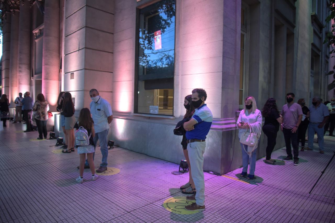 El público tuvo que guardar distancia social al ingresar a la Sala Mayor.