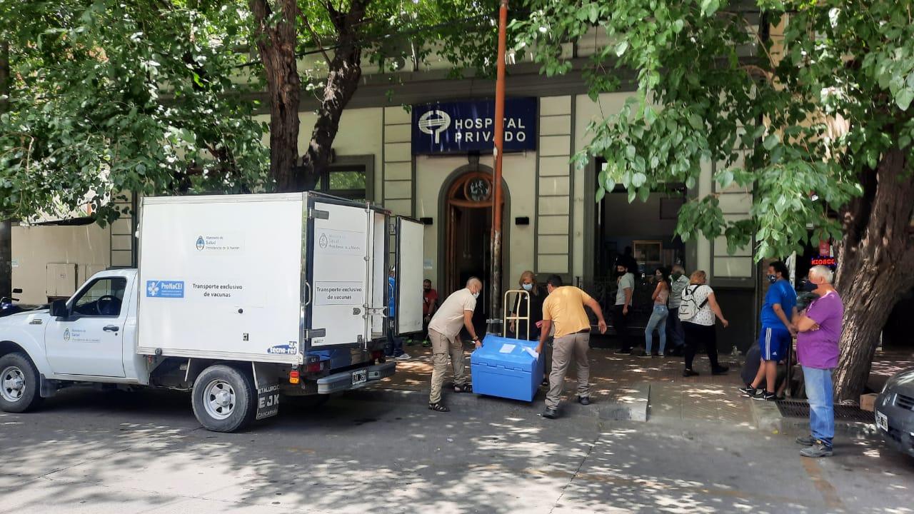 Trabajadores descargan de un camión una caja que contiene dosis de la vacuna Sputnik en una clínica de Mendoza