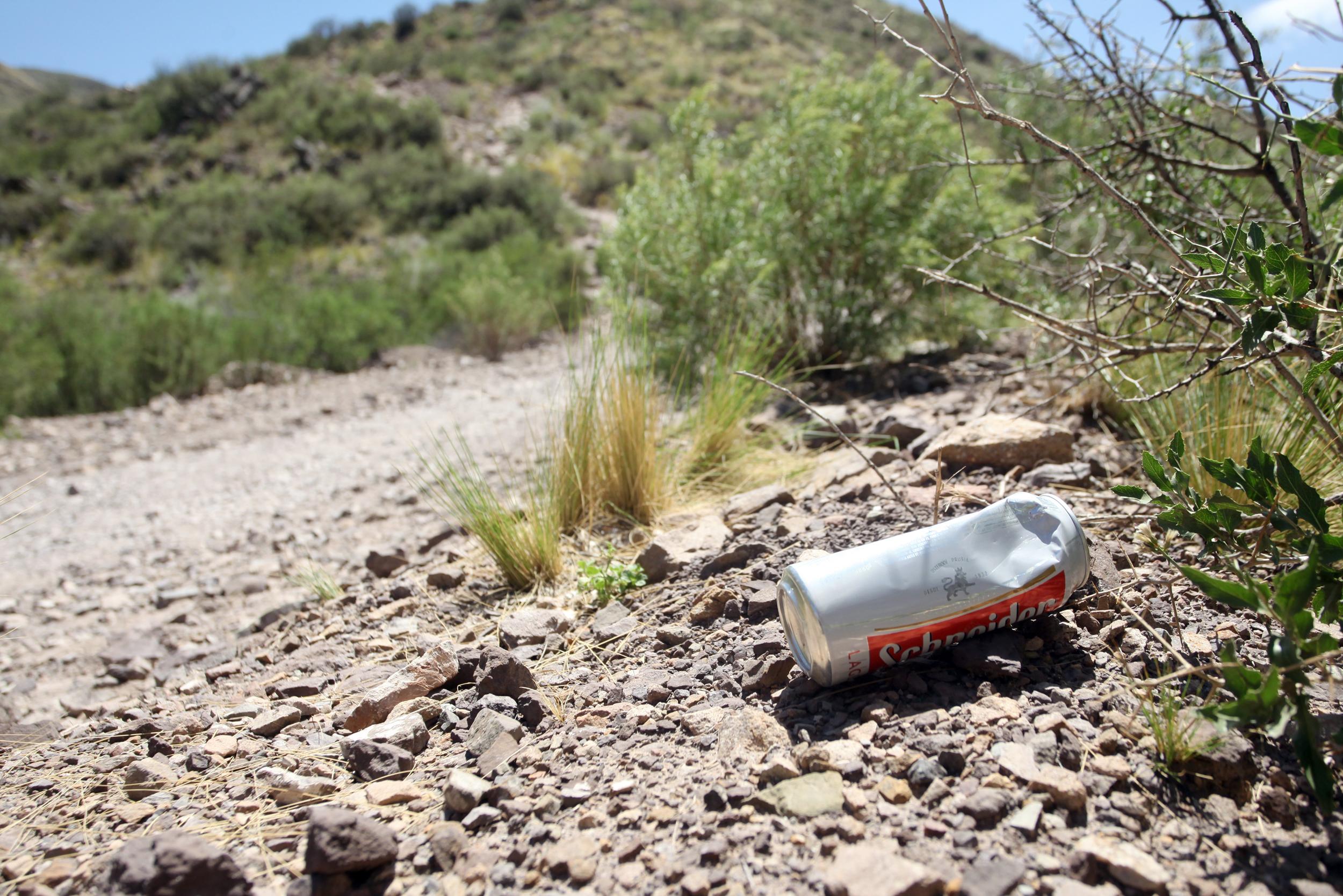 Los visitantes arrojan latas de cerveza, entre otros residuos en los cerros de Mendoza.