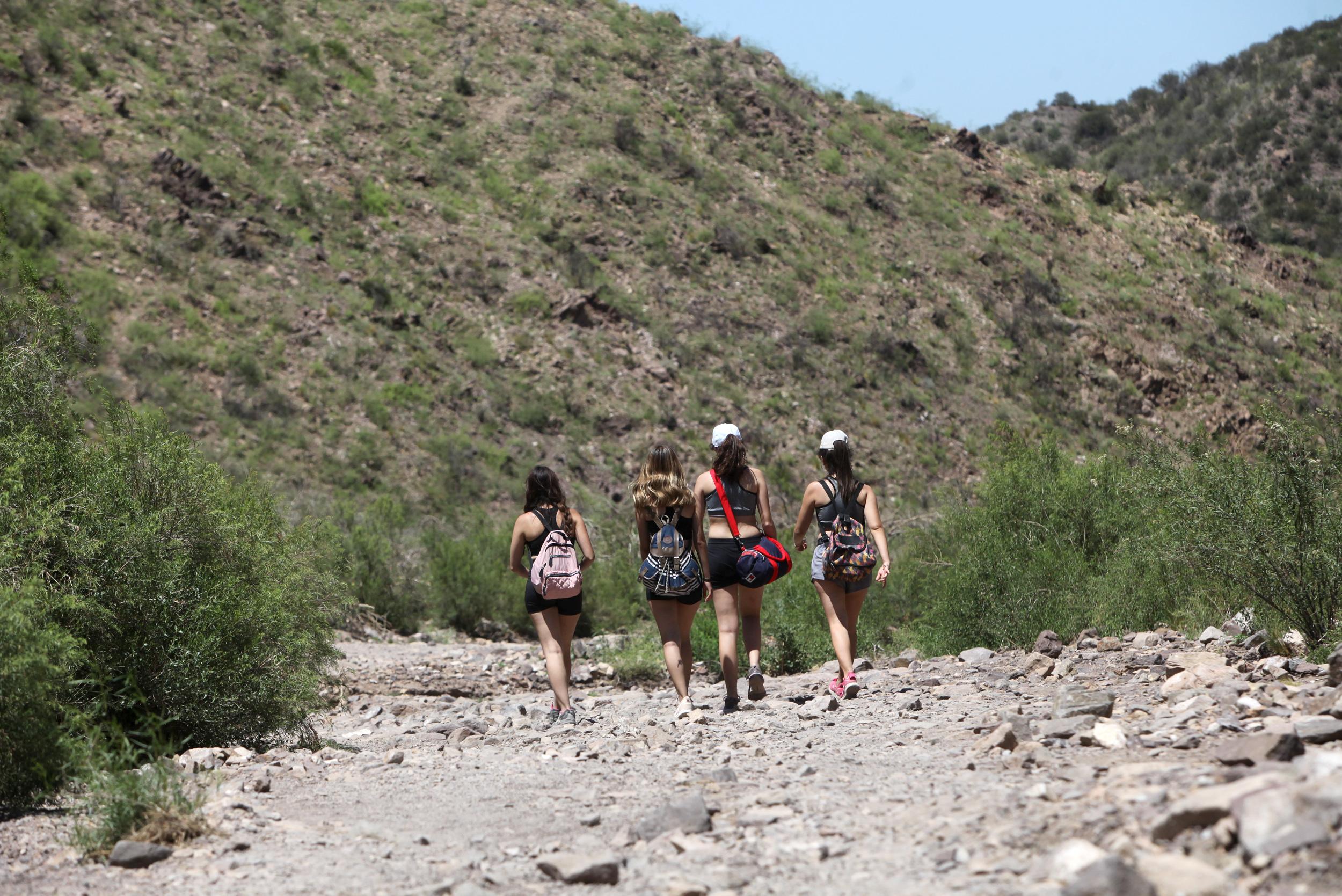 Un grupo de personas caminando por un cerro de Mendoza.
