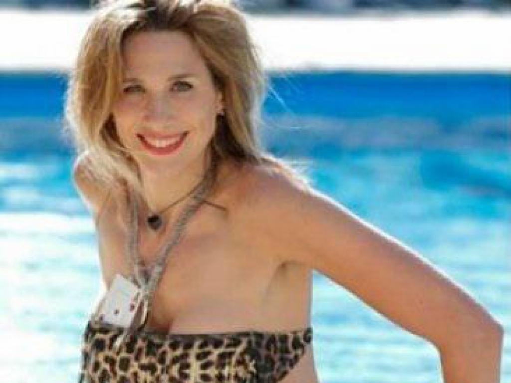 Alina moine recibe al verano en una pileta for Como se hace una pileta de natacion de hormigon