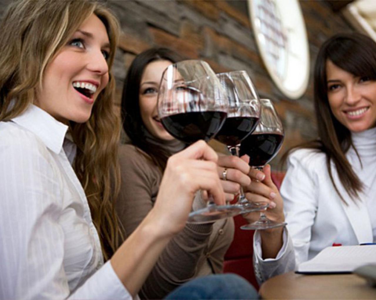 Resultado de imagen para mujeres tomando vino