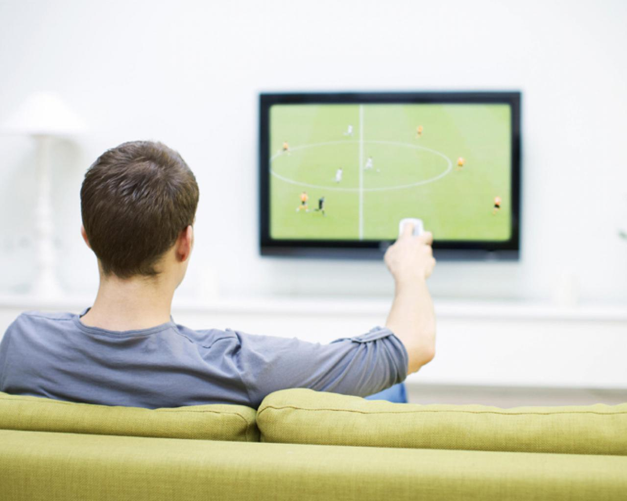 Resultado de imagen para viendo futbol